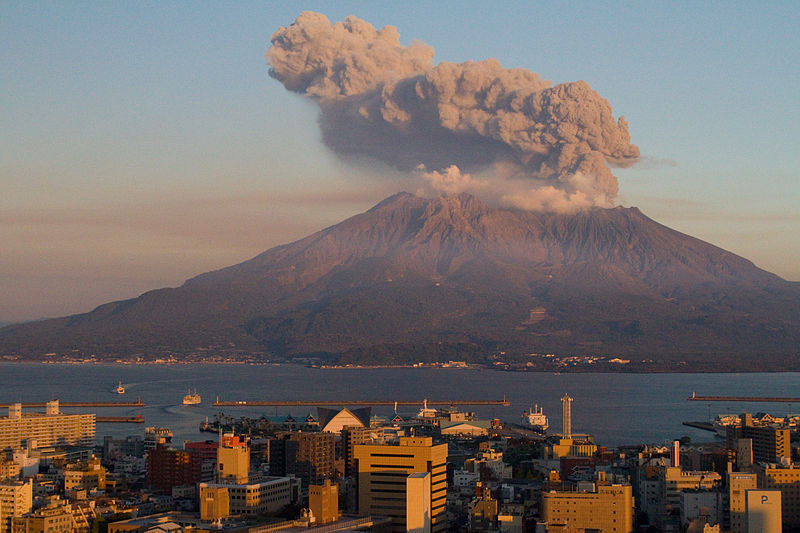 800px-Sakurajima_at_Sunset